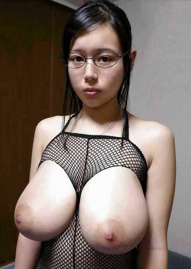 地味な巨乳メガネ女子