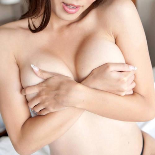 乳首を隠す手ブラ