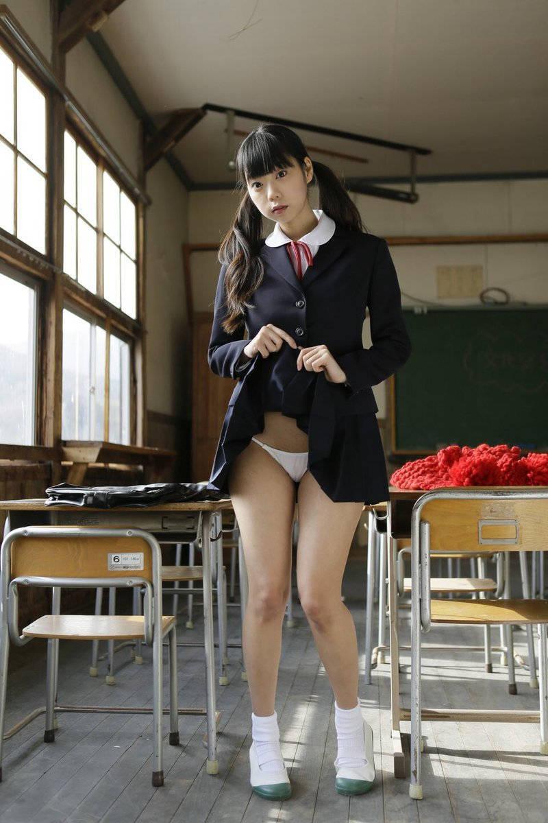 女子校生コスプレのたくし上げパンチラ