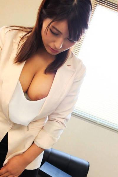着衣巨乳お姉さんの胸の谷間