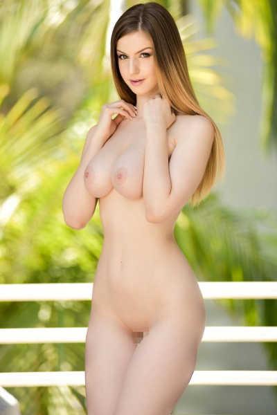 金髪外人美女の腰のくびれ