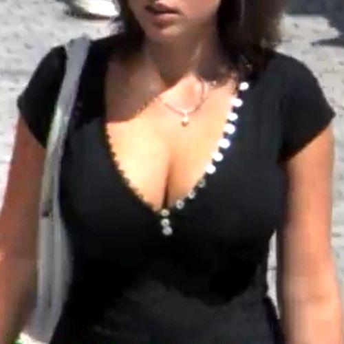素人巨乳女子の街撮り胸の谷間