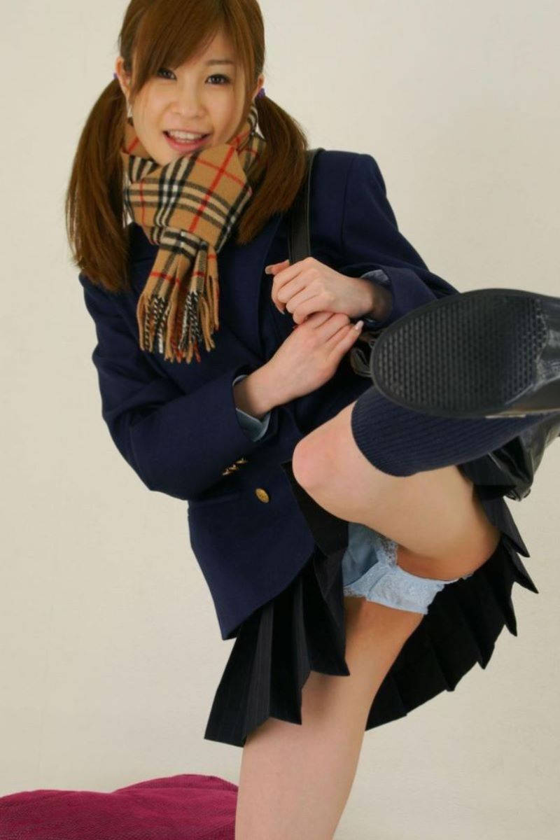 JKスカートのキックパンチラ