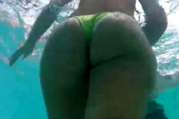 水中のビキニ美尻