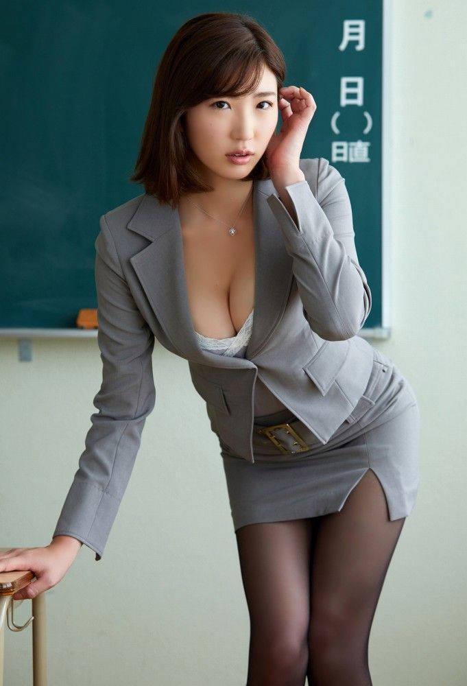 女教師の胸の谷間