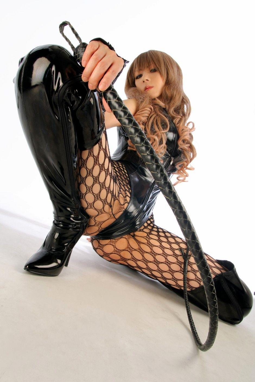 鞭を持ったSM女王様