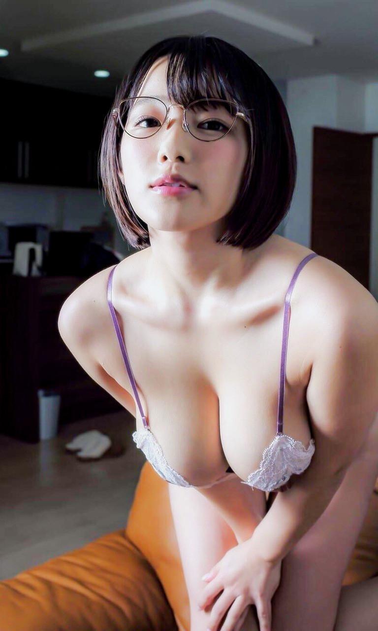眼鏡女子の胸の谷間
