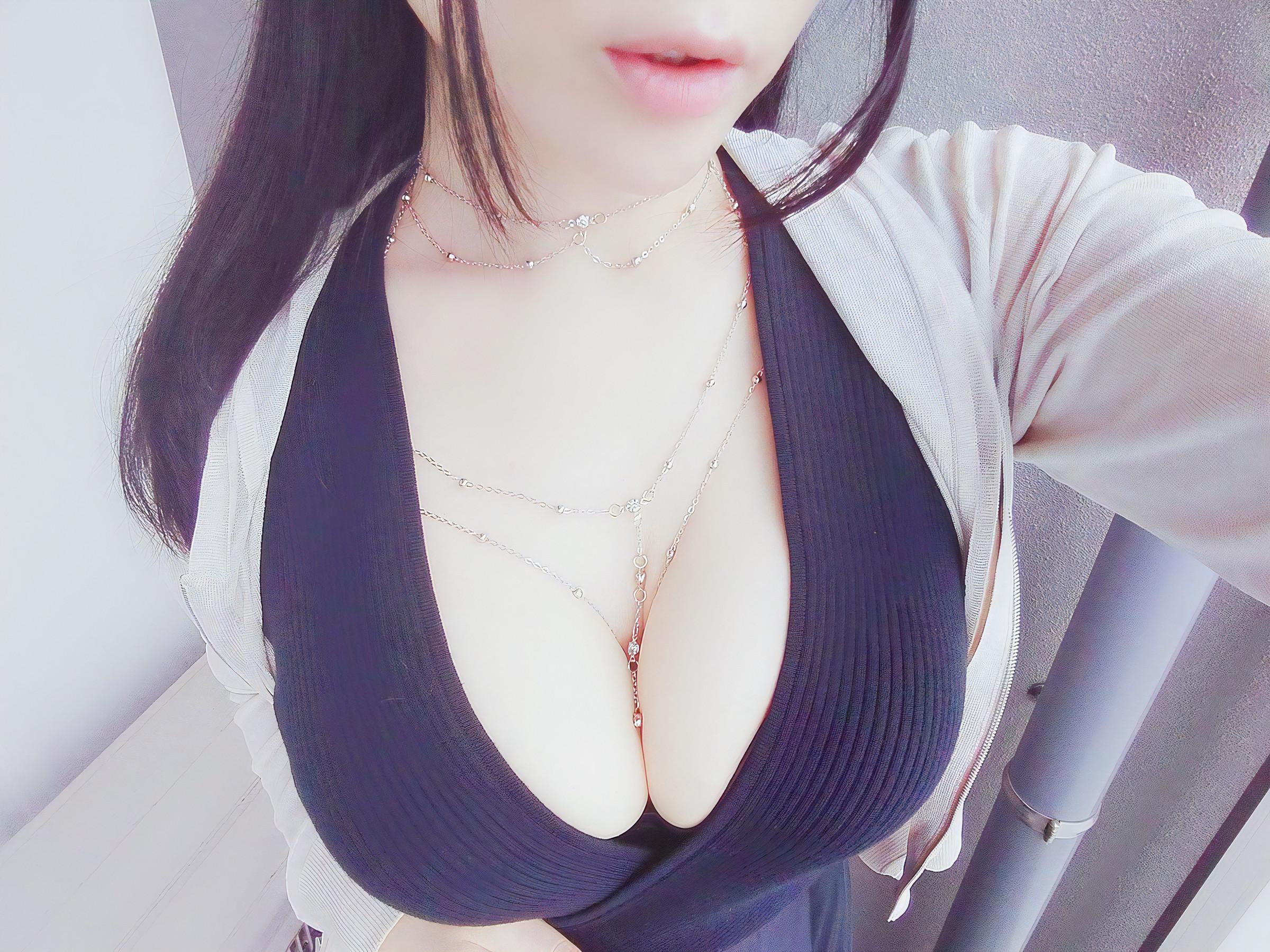 着衣巨乳胸の谷間
