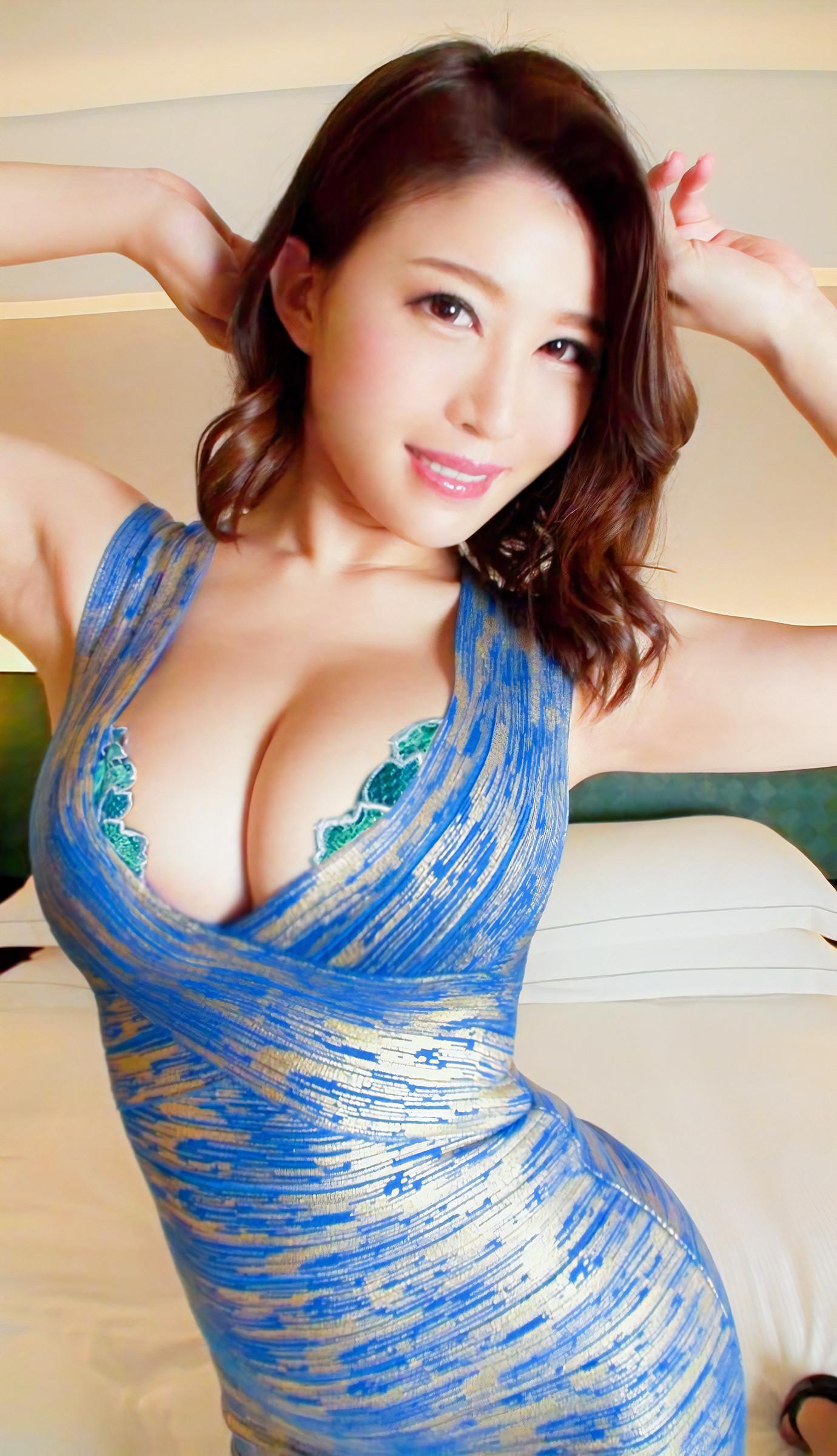 巨乳女子の着衣胸の谷間