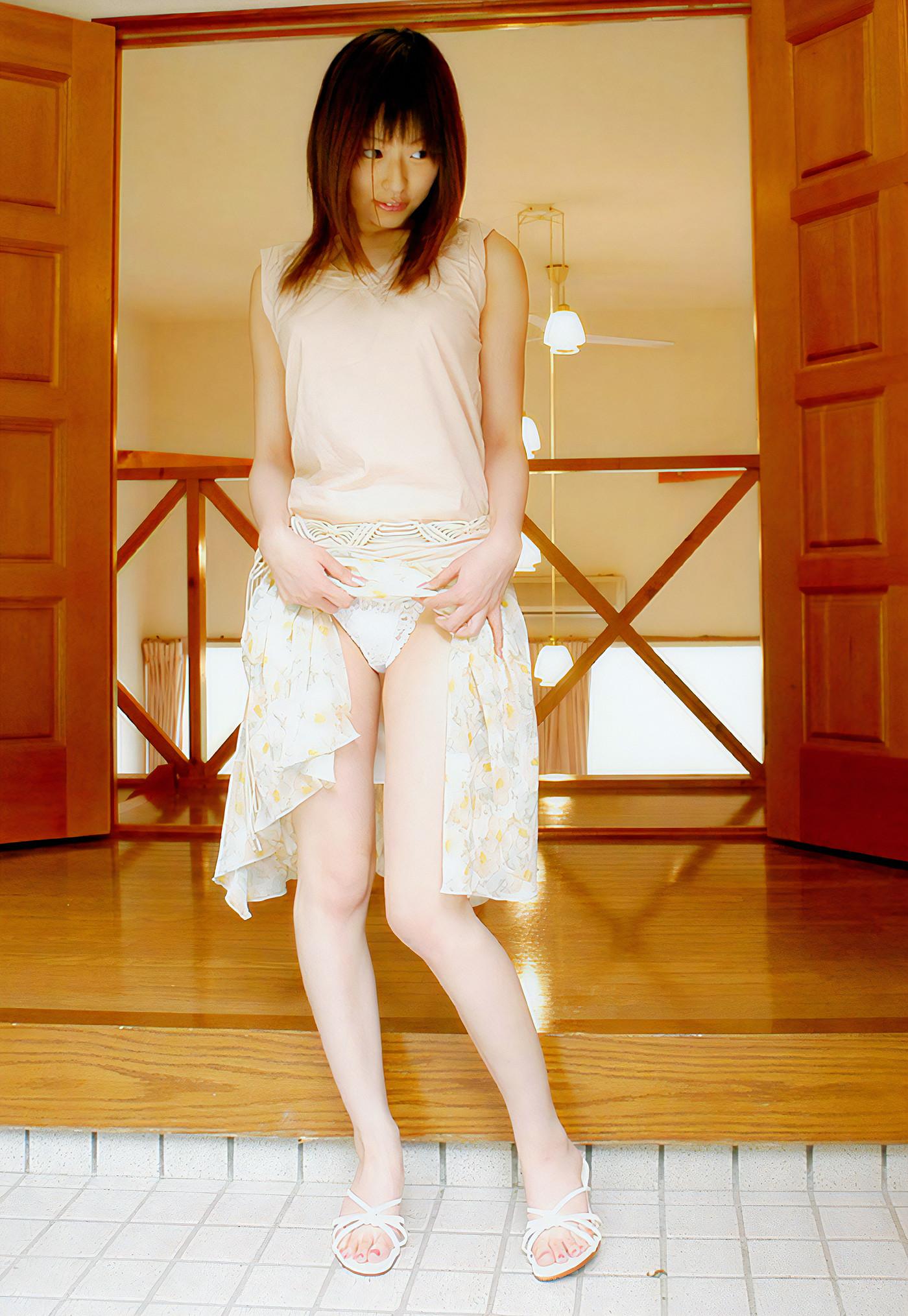お姉さんのスカートたくし上げパンチラ