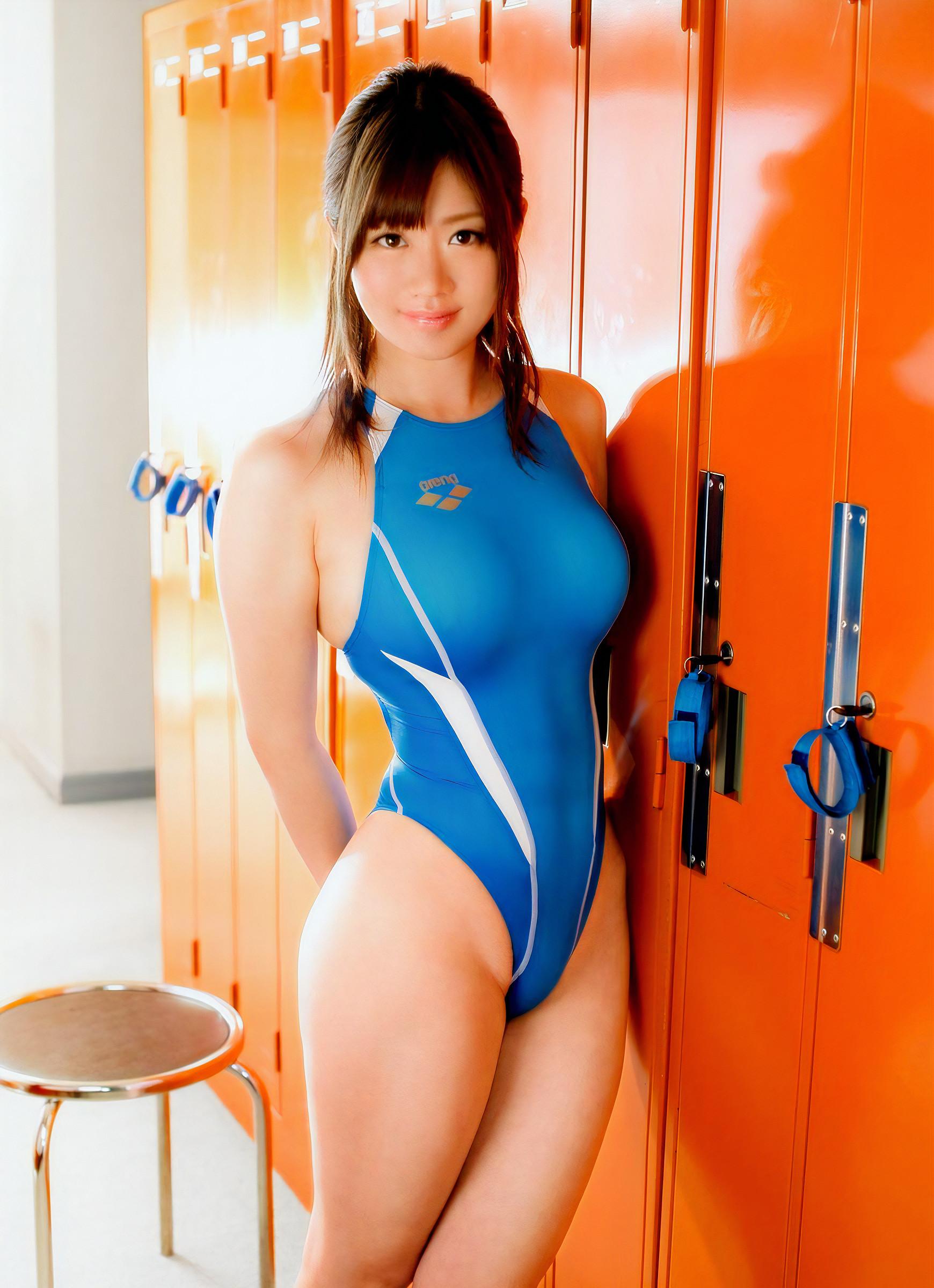競泳水着の美人お姉さん