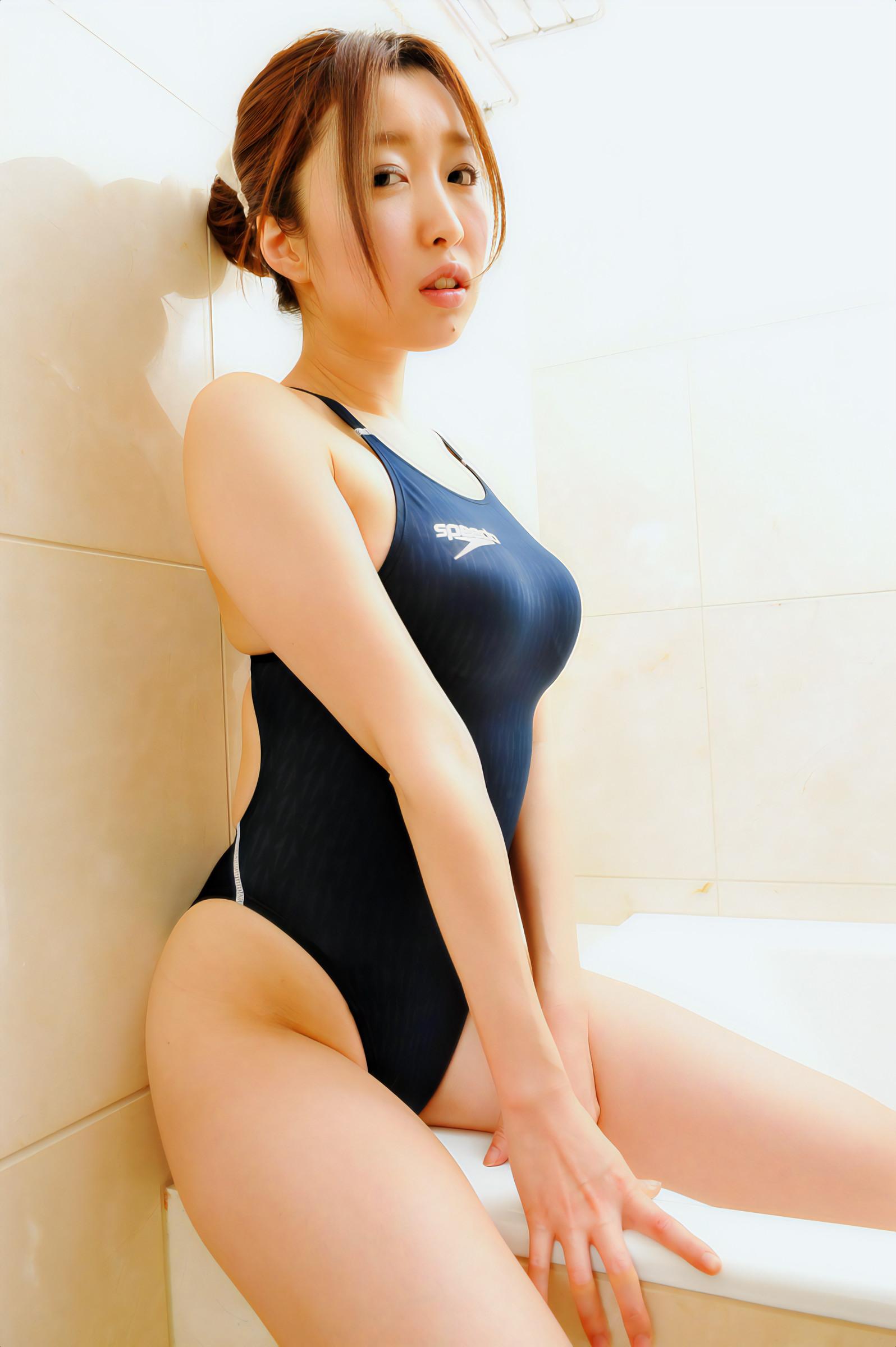 競泳水着の太股