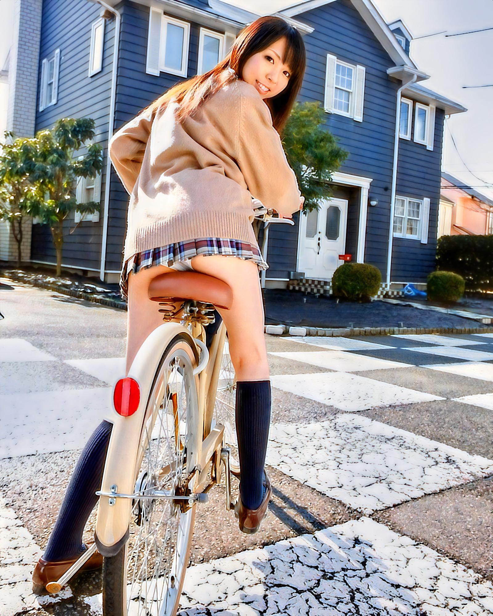 JKの自転車と三輪車のパンチラ
