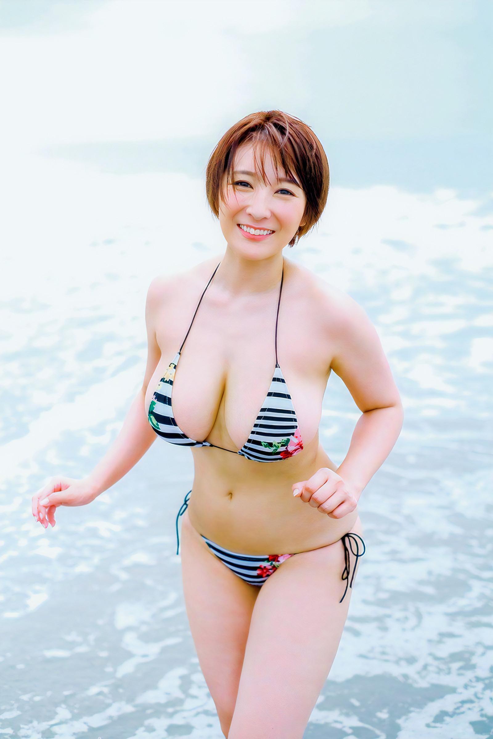 海やプールと水着女子