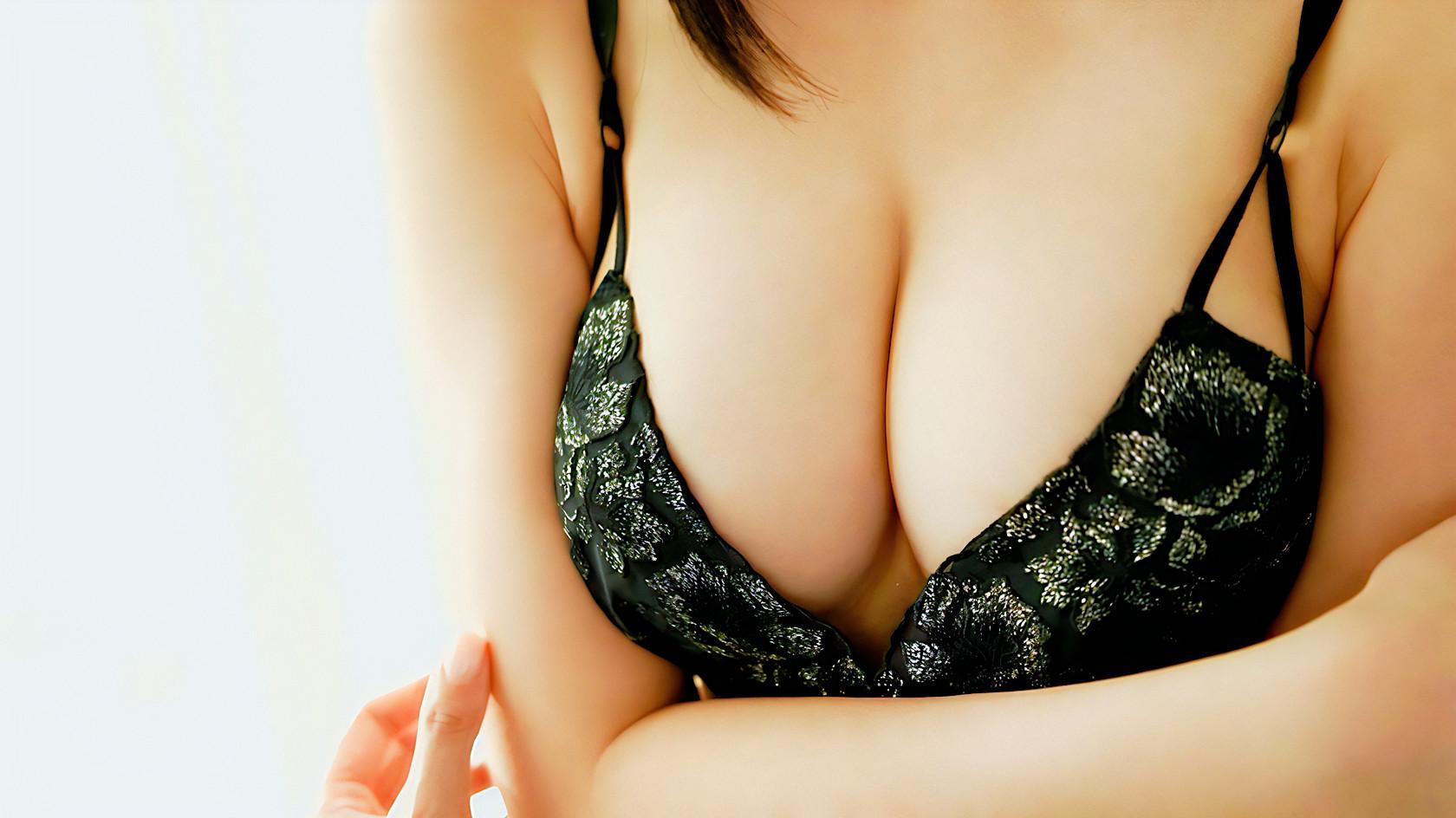 女性の胸の谷間